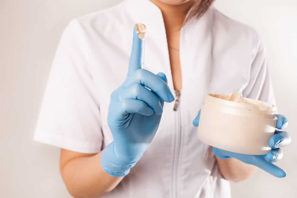 Crema pentru hemoroizi sau hemoroidectomia? Ce tratament este mai eficient